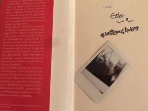 Il Libro di Ester Viola, l'Amore é eterno finché non risponde, con una istantanea Instax